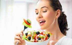 Обои помидоры, овощи, вилка, шатенка, тарелка, очарование, салат, сыр, огурцы, девушка, маслины, лук