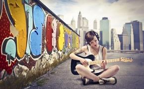 Картинка граффити, стена, асфальт, наушники, город, девушка, гитара, небо, маечка