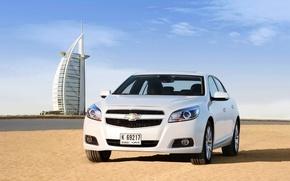 Картинка Песок, Пляж, Авто, Белый, Chevrolet, День, Дубай, Передок, Malibu