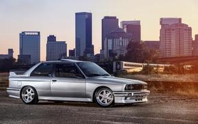 Обои бмв, серебристый, BMW, вагон, небоскрёбы, мегаполис, Coupe, front, E30, silvery, 3 Series, profile