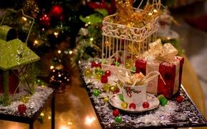 Картинка зима, игрушки, елка, Новый Год, Рождество, чашка, подарки, декорации, Christmas, фонарики, столик, блюдце, праздники, коробки, ...