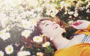 Картинка зелень, поле, белый, трава, девушка, радость, счастье, цветы, желтый, улыбка, фон, widescreen, обои, настроения, ромашки, …
