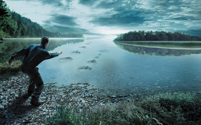 Обои человек, мужчина, лес, облака, небо, трава, река, камни