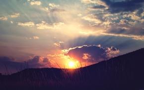 Картинка небо, трава, солнце, облака, лучи, закат, холмы