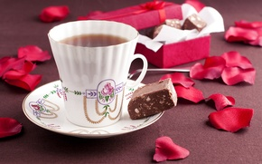 Картинка чай, шоколад, лепестки, конфеты, box, flowers, cup, chocolate, petals, tea, candy, ribbon, чашкa