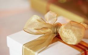 Обои золото, праздник, коробка, подарок, лента, бант, упаковка, сюрприз