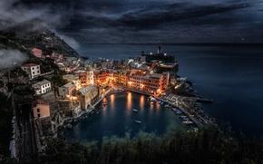 Картинка море, небо, звезды, свет, ночь, город, огни, скалы, дома, лодки, Италия, Italy, Manarola, Манарола, Лигурия, …
