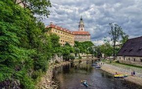 Картинка небо, облака, деревья, река, замок, лодка, башня, дома, Чехия, Чески-Крумлов