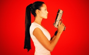 Обои лицо, оружие, волосы, пистолеты, актриса, Angelina Jolie, хвост, профиль, красный фон, лара крофт, Tomb raider, ...