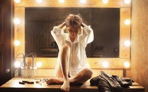 Картинка девушка, зеркало, рубашка, ножки, сидит, лампочки