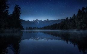 Обои небо, звезды, деревья, горы, ночь, озеро, отражение, камыши, Новая Зеландия, дымка, New Zealand, lake Matheson