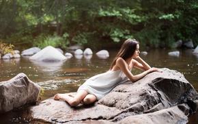 Картинка девушка, река, камень