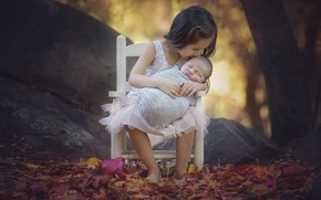Обои девочка, дети, природа, деревья, листья, осень, младенец, поцелуй, стул, камни