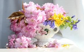Картинка вишня, букет, лепестки, сакура, ваза, колокольчики, форзиция
