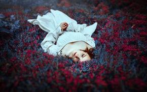 Обои цветы, лежит, девушка, природа