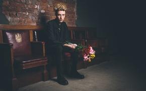 Картинка цветы, темнота, волосы, букет, мужчина, сиденья, прямой взгляд, черные одежды