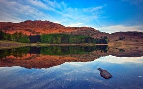 Обои камень, озеро, небо, горы, пейзаж