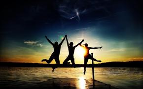 Картинка пляж, лето, солнце, радость, закат, озеро, люди, прыжок, отдых, настроения, вечер, трое, mood