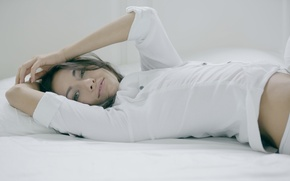 Картинка девушка, секси, романтика, нежность, брюнетка, красавица, постель, model, нежная, mila k, Michaela Isizzu