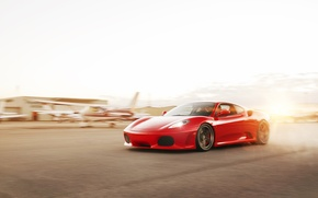 Картинка солнце, красный, скорость, F430, Ferrari, red, феррари, блик, аэродром, взлётная полоса, WHEELS, ADV 1