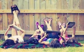 Картинка зелень, трава, дети, девушки, дерево, отдых, ноги, техника, луг, девочка, телефон, iphone, планшет, girls, mood, …
