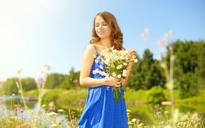 Обои платье, река, солнце, лето, синее, девушка, ромашки, поляна, прическа, шатенка, деревья, природа, букет, цветы