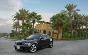 Обои bmw 125i, машина, черная, пальмы, особняк