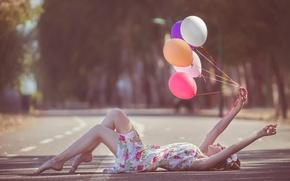 Картинка дорога, шарики, девушка.платье