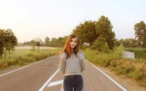 Картинка дорога, зелень, взгляд, девушка, деревья, природа, улыбка, милая, трасса, джинсы, знаки, шатенка, красивая, симпатичная, Карина …