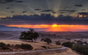 Картинка дорога, поле, небо, солнце, облака, закат, забор, долина, горизонт