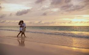 Картинка песок, море, волны, пляж, небо, девушка, облака, любовь, горизонт, пара, парень, влюбленные, двое, идут
