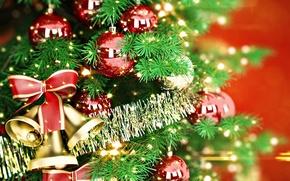 Картинка елка, новый год, мишура, колокольчики, бантик, елочные шары