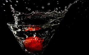 Картинка вода, брызги, бокал, клубника, фужер