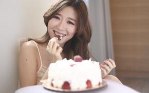 Обои девушка, лицо, наслаждение, волосы, клубника, торт