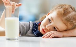 Картинка стакан, стол, ребенок, руки, молоко, девочка, girls, Milk, Little