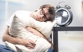 Картинка будильник, очки, подушка, мужчина, недовольство, сонный, шесть утра