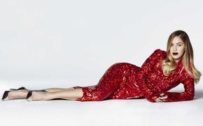 Картинка модель, макияж, фигура, платье, актриса, прическа, фотограф, белый фон, лежит, в красном, на полу, Dylan …