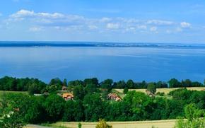 Картинка море, поле, небо, облака, деревья, природа, дом, река, берег, горизонт, домик
