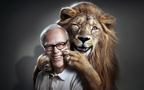 Обои лев, улыбка, мужчина, лицо, лапы
