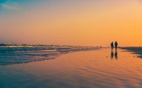 Обои оранжевое небо, отражение, люди, пляж, пара, волны, зеркало, ходьба, закат