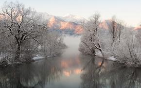 Картинка отражение, снег, горы, зима, туман, деревья, река