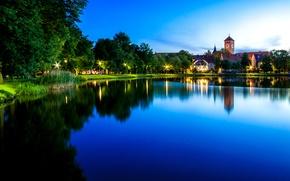 Картинка небо, вода, деревья, огни, озеро, отражение, берег, часы, башня, дома, вечер, Польша, фонари, Szczytno
