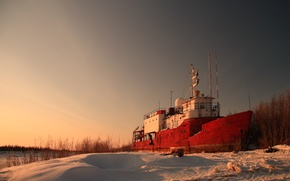 Картинка снег, берег, корабль, вечер, судно, заброшеный корабль
