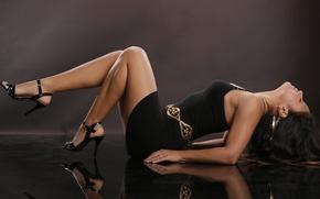 Картинка девушка, лицо, поза, отражение, руки, лежит, каблуки, профиль, черное платье, порл