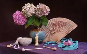 Картинка стол, фон, чаша, лепестки, веер, ткань, бусы, ваза, статуэтка, сирень, заколки