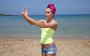 Картинка Sapphira A, шортики, море, брюнетка, селфи, на пляже, Сапфира, телефон, маечка, секси