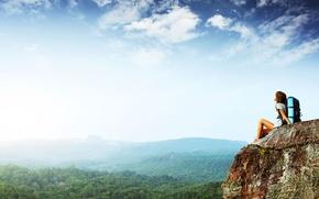 Обои лес, небо, свобода, девушка, деревья, настроение, высота, гора, панорама, путешествие, туризм, лёгкость, утёс, highness cliff, ...