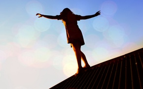 Обои крыша, равновесие, опасность, девушка, закат