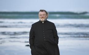 Картинка море, волны, камни, фильм, мужчина, борода, пастырь, Brendan Gleeson, Брендан Глисон, Голгофа, Calvary