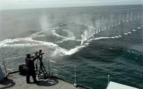 Картинка корабль, палуба, выстрелы, пулемёт, воде